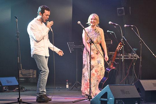 Со словами «еще один специальный гость, вы все его многие знаете — он очень активный человек и важный участник татарской культуры», Зуля пригласила на сцену музыканта Радифа Кашапова