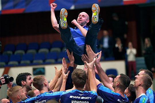 Радость переполняла казанцев, они сияли от счастья, особенно 37-летний Алексей Вербов, который впервые испытал, наверное, самые приятные для тренера мгновения — когда тебя качают на руках