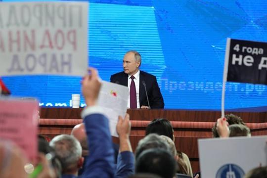 «Мывидим, что иМедведев, иПутин говорят вовремя «Прямой линии» общения снаселением, вовремя федеральных посланий, что доходы населения растут, что рекордными темпами увеличиваются зарплаты иуровень жизни населения»