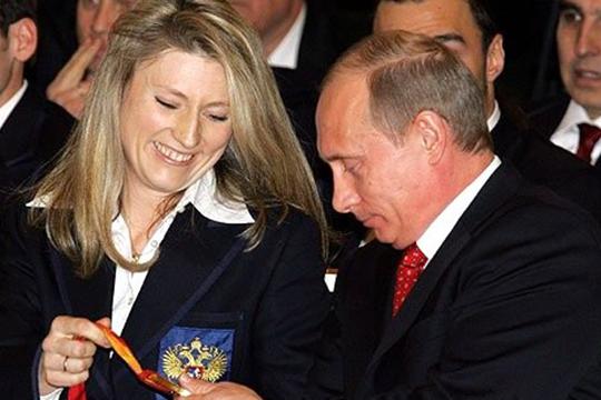 «Очень удивила Светлана Журова, депутат Госдумы от«Единой России», заслуженная олимпийская чемпионка, которая заявила, что, оказывается, унее знакомые вочереди стоят иумоляют поднять пенсионный возраст, чтобы работать до100лет»