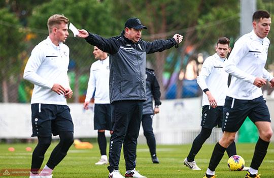 Заметное изменение при новом тренере — Леонид Слуцкий сам ведет занятие и даже не игровую часть: бег, отработка передач, квадраты