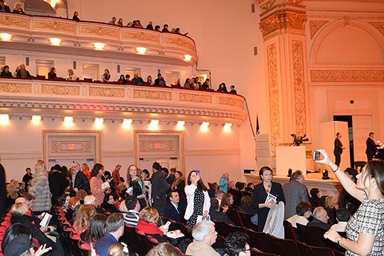Мероприятие состоялось в самом большом из трех залов «Карнеги-холла», который носит имя Айзека Стерна. Это 2,8 тыс посадочных мест — партер и четыре яруса с балконами.