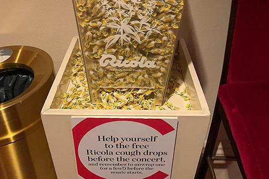 Зрителям в фойе можно взять бесплатные конфеты от кашля, диспенсеры с которыми установлены также на этажах