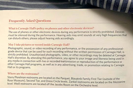 В «Карнеги-холл», во всяком случае на бумаге, существуют ограниченияна фото- и видеосъемку