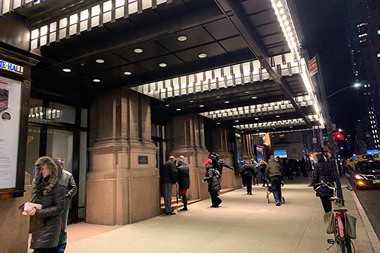 «Карнеги-холл» находится в самом центре огромного Нью-Йорка рядом со знаменитым Центральным парком. Но при всей своей престижности, с точки зрения привлечения зрителей «Карнеги-холл» — это не самый лучший вариант