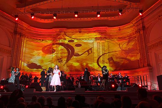 Концертный зал Айзека Стерна не предусматривает панорамный экран. Стена над сценой поделена на три больших прямоугольника, которые по периметру разделены лепниной