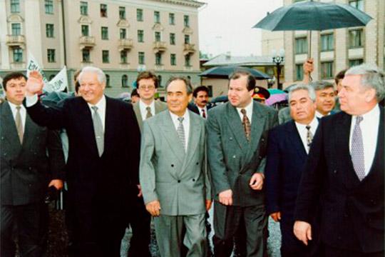 С 1991 по 1995 год Василий Лихачев (третий справа) был вице-президентом РТ. Внес большой вклад в создание Конституции республики, в подписание первого Договора между Москвой и Казанью