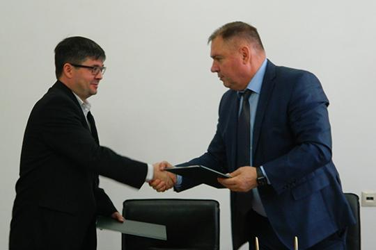 Ильдар Шайхутдинов ( слева):«Сначала построим ферму на800 дойных коров, затем доведем стадо до2,4 тысячи. Она будет оснащена самым высокотехнологичным оборудованием. Затем построим исобственную сыроварню»
