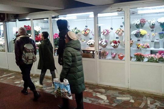 Продавщицы соседнего, цветочного киоска от ООО «Крокус», тоже уверены, что снос произойдет не раньше ближайшей среды