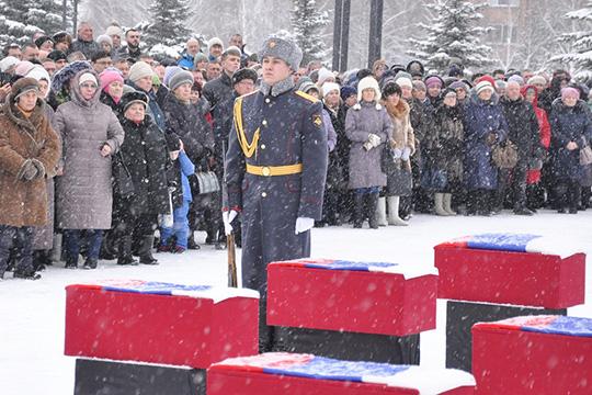 Умонумента Победы вНижнекамске собрались сегодня несколько тысяч горожан: курсанты кадетских школ впарадной форме несли караул уВечного огня