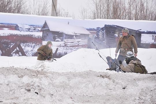 Возле советской палатки прогремели взрывы, имитируя вступление артиллерии. «Красноармейцы» небез потерь выдержали натиск изаставили противника окопаться