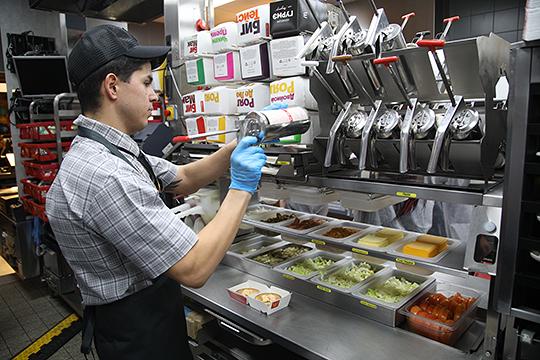 Одна из причин, не связанных с экономикой, по которым люди стали чаще ходить в заведения фастфуда, это наличие открытых кухонь