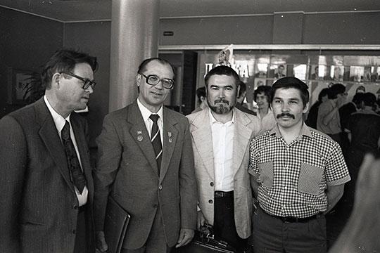 Татарский поэт и драматург Ильдар Юзеев, татарский писатель и поэт Шаукат Галиев, Рабит Батулла и поэт Роберт Миннуллин (слева направо)