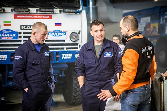 Главного героя Дениса Сазонова играет Антон Васильев (в центре), знакомый зрителю по сериалам «Невский», «Звоните ДиКаприо!» и «Мамочки»