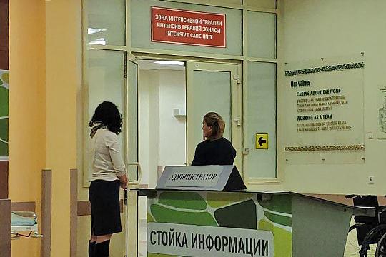 Супруги пострадавших помощника депутата и пилота не покидали холла: они дежурили около двери