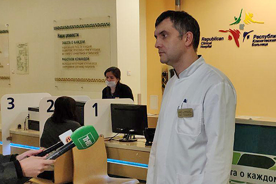 К родственникам и журналистам вышел заместитель главного врача РКБ Марсель Миннуллин