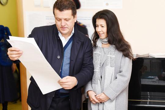 «Позже мы с Ринатом Шакировичем [Мухаметшиным] жили в одном дворе, и когда Ильсур Метшин женился на его дочке Гульнаре (на фото), они часто заезжали и к нам. С этого времени я и знаю Ильсура»
