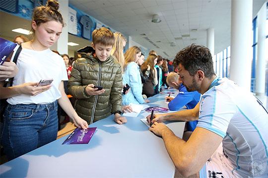 Во время затяжной автограф-сессии желающие могли перекинуться парой фраз с волейболистами