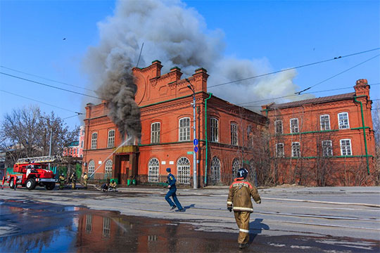 «Этот объект (дом Крестовниковых)был выставлен нааукцион заусловный рубль иобрел хозяина: онбыл куплен задва миллиона рублей»