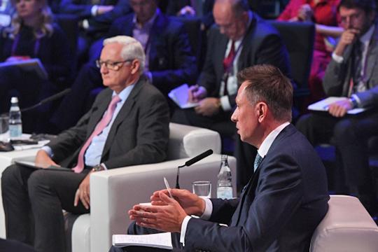 Дмитрий Конов(справа) был призван продемонстрировать, как нефтехимики шагают в цифровую эру