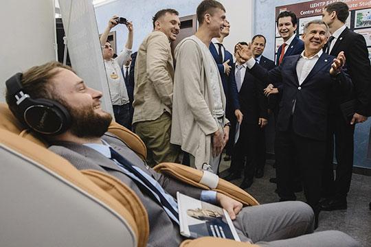 Минниханов внимательно осмотрел выставку, пообщался сучастниками. Онмного шутил, ибыло видно, что унего хорошее настроение.