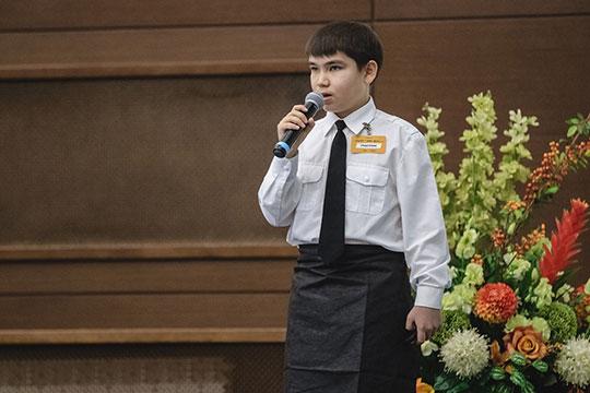 Первым насцену вызвали13-летнего выпускника курса «Фабрика-Дети»Данияра Гумарова, который вместе сосвоей семьей организовал небольшое производство голландского иадыгейского сортов сыра