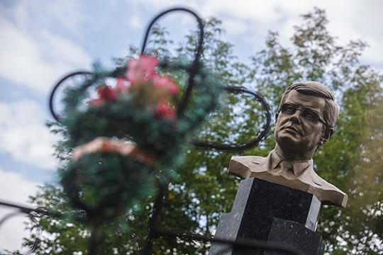 Таркаевская премияучреждена в память об известном татарстанскомобщественном деятеле и предпринимателе Александре Никитиче Таркаеве (1947-2009)