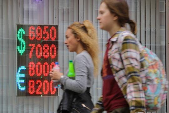 «Суммарно загод доллар растет крублю на21%»