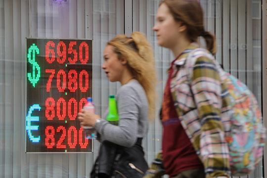 «Янеустаю говорить, что сегодня мыимеем курс вдиапазоне 66— 69 рублей задоллар только потому, что ждем нового витка санкций»