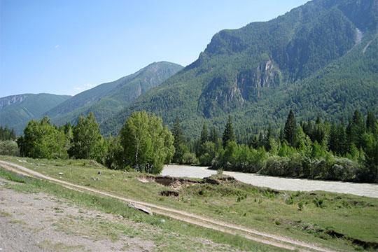 Река и путь в горах