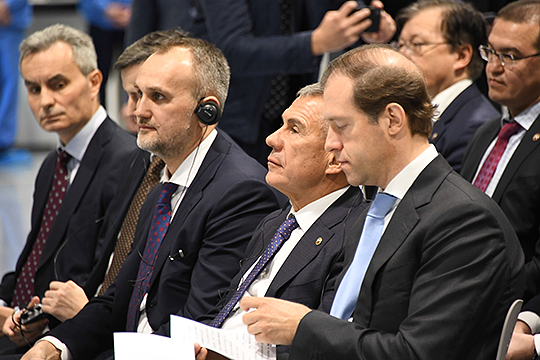 Айрат Баширов (третий справа) планирует довести долю экспорта до30% отвыручки иосваивать биоразлагаемую упаковку