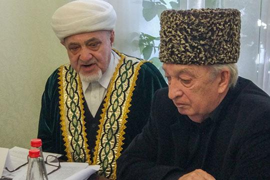 Айрат хазрат Аюпов (слева): «Вы расскажите, как в Нижнекамске все происходит. Берете ли вы деньги? Когда вскрытие делаете, а когда не делаете?»