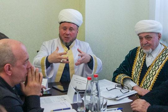 Остудить пыл участников беседы попытался имам-мухтасиб Нижнекамска. Салих хазрат, отмечая остроту темы, призвал относиться друг кдругу терпимее