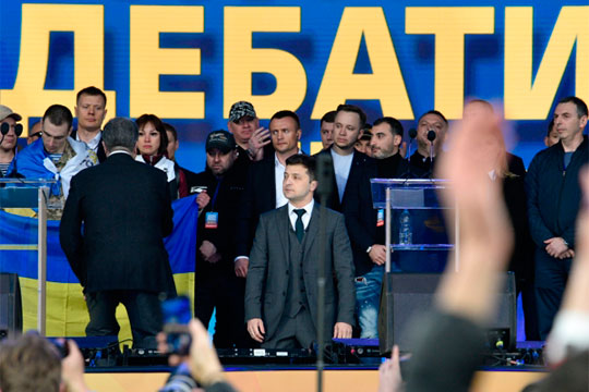 «Развала Украины небудет»: как Зеленский победил Порошенко в«битве капитанов КВН»
