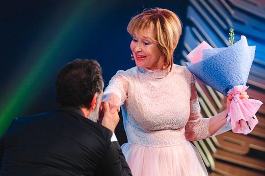 Неожиданно настоящий фурор произвело выступление знаменитой актрисы Ларисы Удовиченко, которая появилась в пышном нежно-розовом платье фасона «принцесса»
