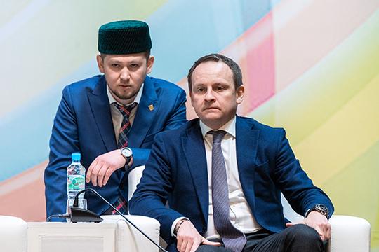 Первым пришел поддержать имам мечети «Ихлас» Альфред Давлетшин (слева)