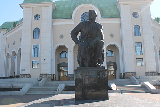 Памятник Мажиту Гафури в Уфе