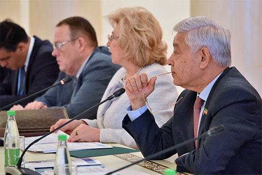 Представляя республику гостям со всех регионов России и некоторых зарубежных стран, Мухаметшин упомянул, что она находится на Волге, «которая сегодня серьезно обмелела»