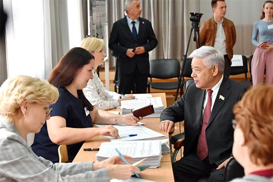 Одним из первых на участке, расположенном в здании лицея № 116 по адресу Жуковского, 18, проголосовал Фарид Мухаметшин