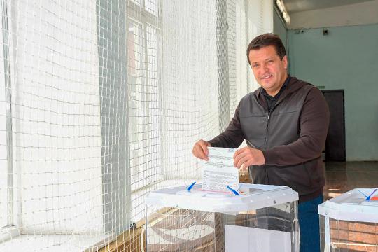 На счетном участке в школе № 129 в поселке Мирный проголосовал мэр Казани, секретарь Казанского местного отделения «Единой России» Ильсур Метшин