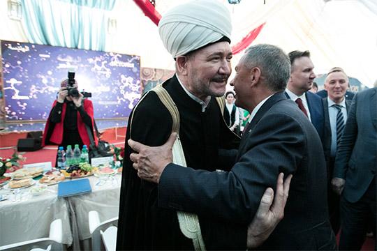 Рустам МиннихановпоплагодарилРавиля Гайнутдина за возможность провестиифтар вшатре вМоскве