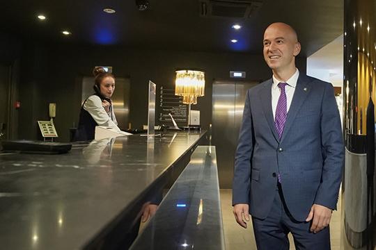 Сергей Иванов в присутствии журналистовпроинспектировал готовность 4-звездочного отеля Double Tree byHilton Kazan наЧистопольской