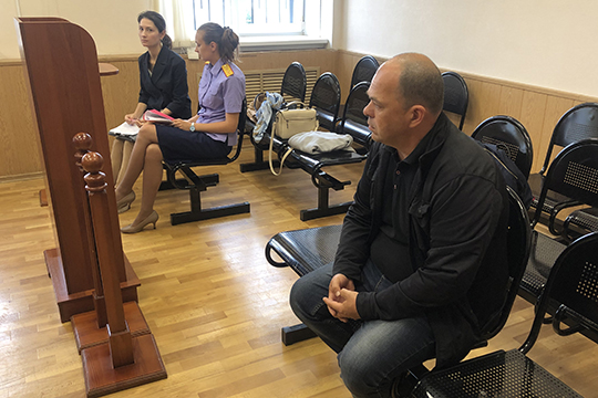 Представительница потерпевшей стороныСветлана Сафина (слева)попросила суд прекратить уголовное преследование вотношении Миногина сприменением так называемой меры должностного характера—судебного штрафа
