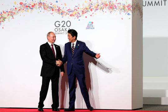 Президент РФВладимир Путин и премьер-министр Японии Синдзо Абэ (справа)