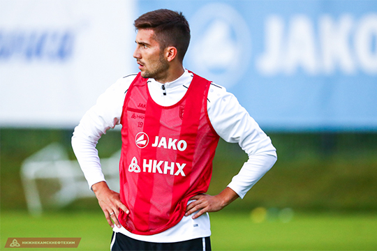 По ходу матча с «Тамбовом» стало известно, что футболист всё-таки окажется в «Зените». Алексей Сутормин постоянно срывался с места, о чём-то говорил по телефону и возвращался к полю