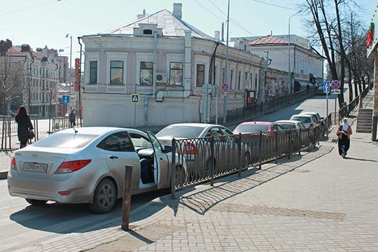 Установка ограждений вКазани иповсей России идет врамках иниированногоПутинымнационального проекта «Безопасные икачественные автомобильные дороги»