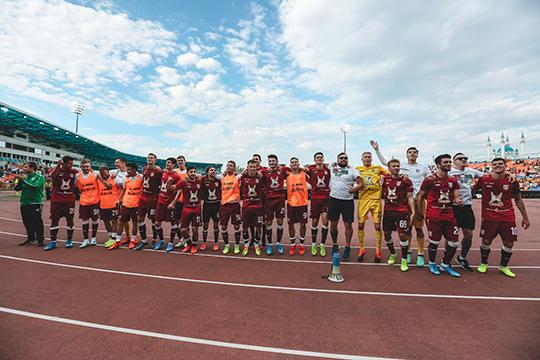 Футболисты взялись за плечи друг друга и начали скакать под популярный заряд фан-сектора: «Мы «Рубин»! Нас не остановить!»