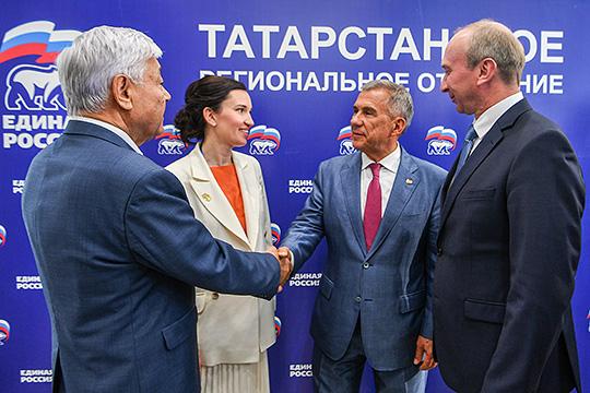 В числе новичков Госсовета РТ, которые пришли по партийным спискам, можно отметить Владимира Чагина (справа) и Альбину Насырову (вторая слева). Они же составляли компанию Фариду Мухаметшину на предвыборных плакатах