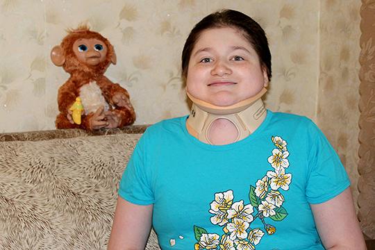 После операции Вероника почти ничем не будет отличаться от сверстников. Пока же девочка даже встать с постели не может без маминой помощи