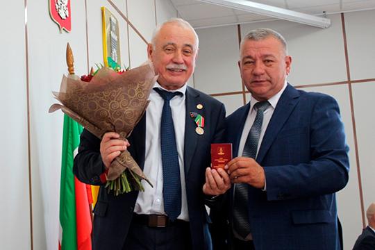 Вместо Камиля Нугаева (слева), отправившегося «дослуживать» в качестве депутата Госсовета, во главе Спасского района встал директор Болгарского музея-заповедника Фаргат Мухаметов (справа)